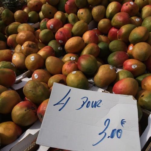 巨大マンゴー、4個で3ユーロ。安すぎでしょ!