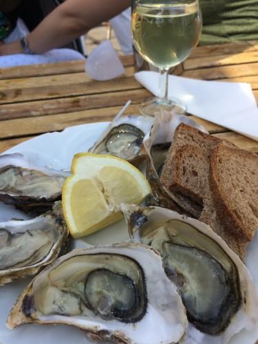 新鮮な牡蠣と白ワイン。午前中からいただきます♪